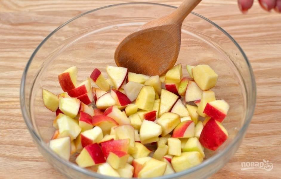 Яблоки промойте. Нарежьте их небольшими кусочками и уложите в салатницу. Сверху выжмите сок из целого лимона.