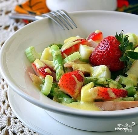 Соединить все ингредиенты в салатнице или на блюде и полить остывшим соусом.  Подавать охлажденным.