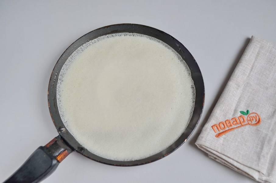 16. Достаньте тесто для блинчиков из холодильника, хорошо перемешайте. Блинную сковороду поставьте на средний огонь, смажьте тканью, пропитанной маслом, сковорода должна быть сухой, просто смазанной, не более. Наливайте половником тесто, круговыми движениями руки распределяйте по всей поверхности. Жарьте до золотистого цвета.