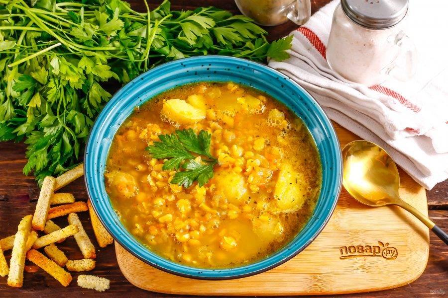 Готовый гороховый суп разлейте в глубокие тарелки и подайте к столу с несладкой выпечкой, сухариками.