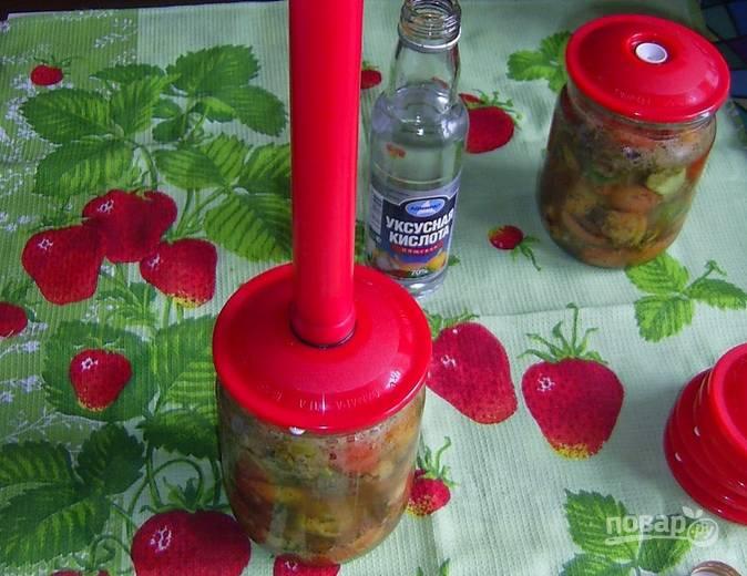 Капните на дно стерилизованных банок немного уксуса. Разложите по банкам салат и надежно их закройте.
