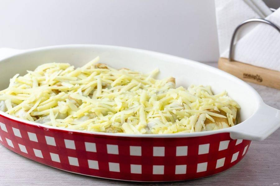 Посыпьте натертым сыром и поставьте в разогретую духовку на 10-15 при температуре 180 градусов.