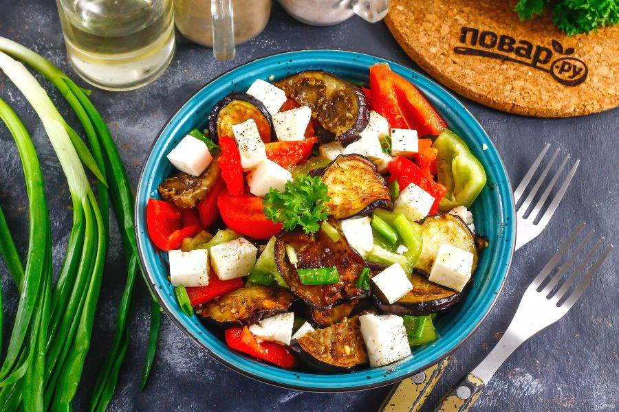 Посолите и поперчите блюдо, влейте оставшееся растительное масло и перемешайте. Подайте к столу сразу после приготовления.