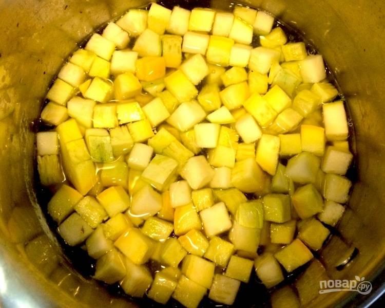 3. Отправьте в кастрюлю с картофелем цуккини и проварите 2 -3 минуты после закипания.