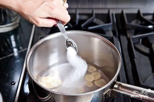 В кастрюлю наливаем 1 стакан воды. Добавляем в кастрюлю имбирь, соль, сахар, уксус. Доводим до кипения. Размешиваем, следим, чтоб сахар полностью растворились.