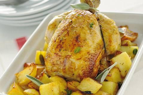 4. Сбрызните курицу и картошку в форме для запекания маслом, добавьте бульона, воды или вина, выложите травки. Отправляйте курицу в разогретую до 200 градусов духовку на 40 минут. Если верх станет слишком румяный, накройте его фольгой в процессе запекания. Если будет очень сухо, добавьте бульона или вина. Курица с картофелем в духовке будет готова, когда мясо слезет с косточки, а картофель станет мягким. Приятного аппетита!