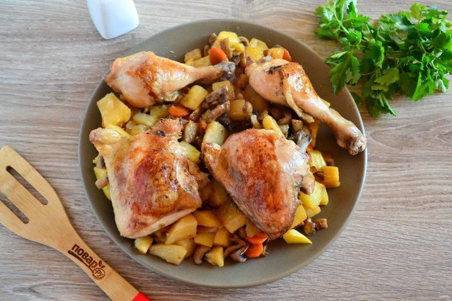 Запекайте курицу в рукаве с картошкой и грибами примерно 40-60 минут при температуре 190 градусов, в зависимости от типа духовки. Когда картошка будет почти готова, пакет разрежьте и разверните, чтобы курочка подрумянилась. Приятного аппетита!