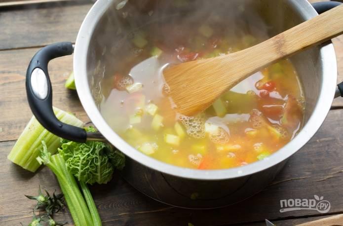 4. Когда помидоры пустят сок, добавляем сок лимона, фасоль. Заливаем бульоном и доводим до кипения.