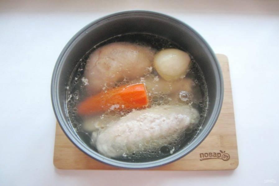 Добавьте лук и морковь.