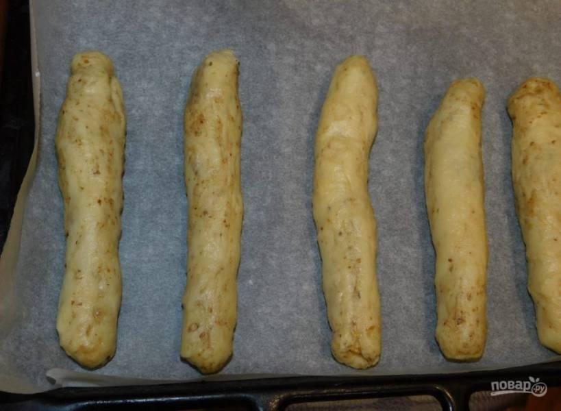 Из теста сформируйте палочки и выложите их на противень, застеленный бумагой для выпечки. Поставьте в духовку, разогретую до 200 градусов, на 15 минут.