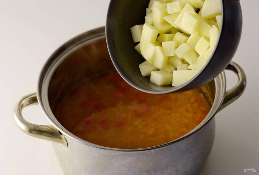 Картофель нарежьте на кубики. Добавьте в суп и варите еще 5-7 минут. Снимите суп с плиты и дайте настояться 15 минут.