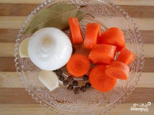 Лук и чеснок чистим от шелухи, чеснок режем пополам, а в луковице делаем крестообразный надрез. Морковь чистим и нарезаем толстыми кружочками.