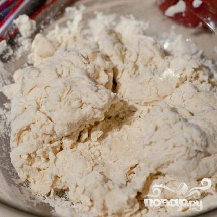 1. Сделать клецки. В большой миске смешать муку, соду и соль. С помощью вилки размешать с растительным жиром. Добавить воду со льдом и размешать.