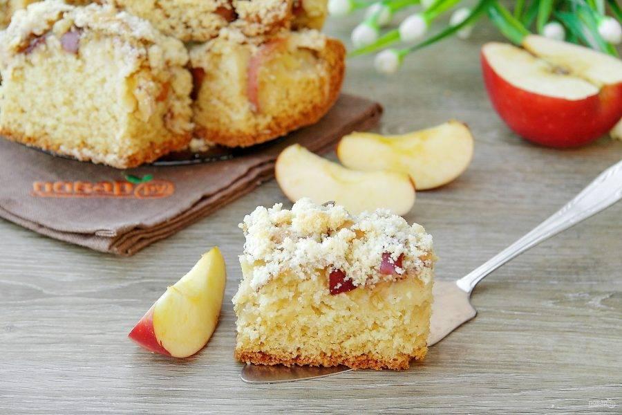 Нарезаем пирог на порционные кусочки и подаем к столу. С чаем, кофе или молоком - очень вкусно! Приятного аппетита!