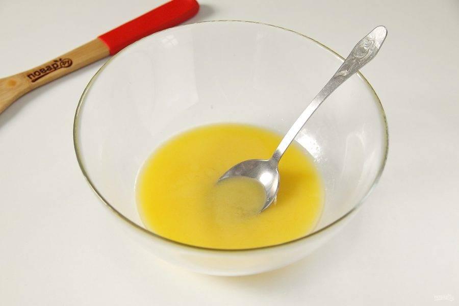 Растопите сливочное масло. Добавьте к нему сахар и перемешайте.