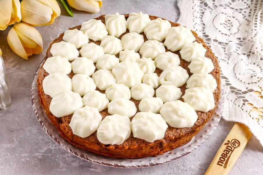 Выложите сверху второй корж. Взбейте сметану любой жирности с загустителем для сметаны или сливок и сахаром до густоты. Выложите в кондитерский пакет и украсьте кремом торт. Поместите в холодильник на 1 час для пропитывания.
