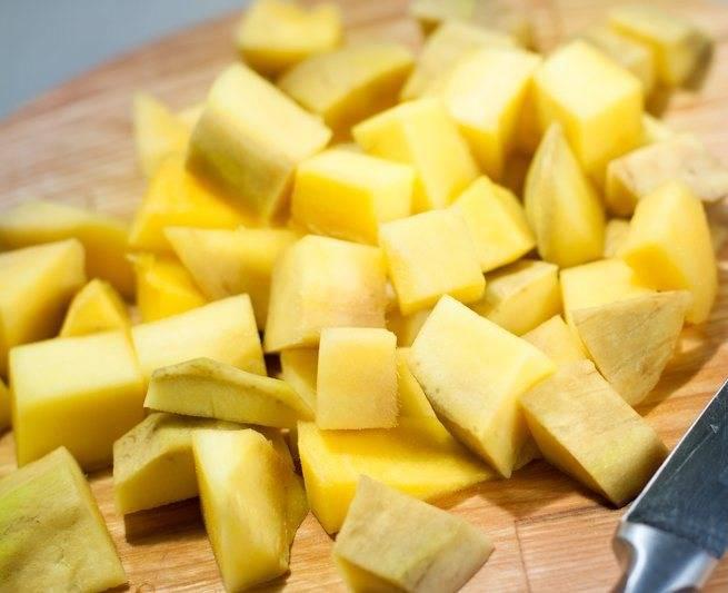 2. Манго тоже нарезаем кубиками, чтоб вышло такое же количество, как и сыра.