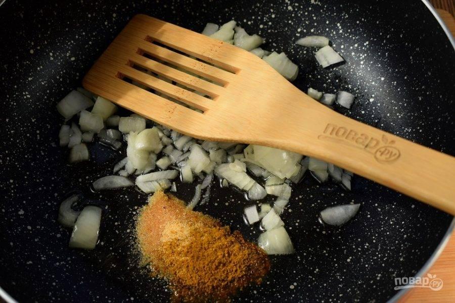 Масло разогрейте в глубокой сковороде или сотейнике, добавьте измельченный лук, чеснок и карри. Пассеруйте до мягкости лука.