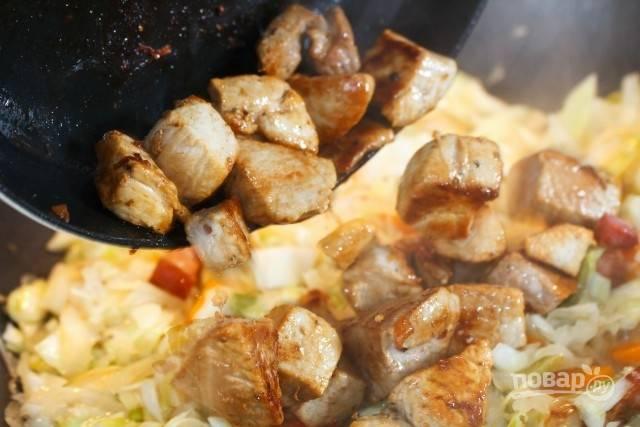 9. Мясо выложите к овощам.
