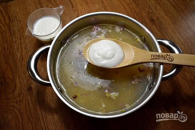 Добавьте соль, перец. Заправьте кислым молоком.