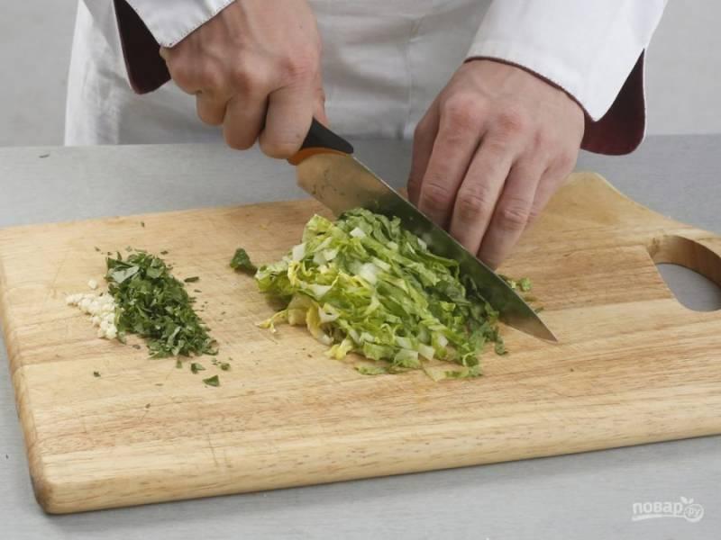 В это же время мелко нашинкуйте петрушку и чеснок. Нарежьте соломкой салат романо. Сделайте начинку, смешав 1 белок с зеленью, творогом и сыром.