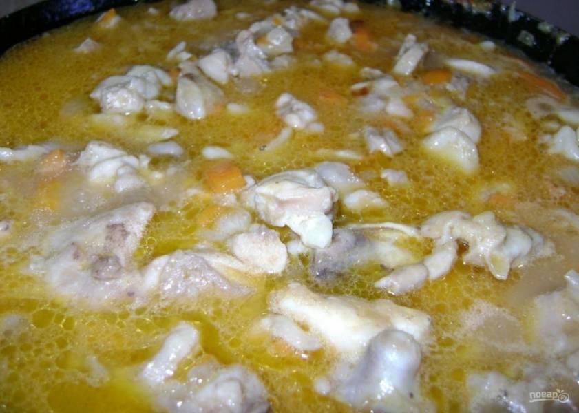 4.Когда вся жидкость испарилась, тогда по вкусу солю и перчу, всыпаю пшеничную муку и перемешиваю. Вливаю кипяток, чтобы он покрыл мясо.