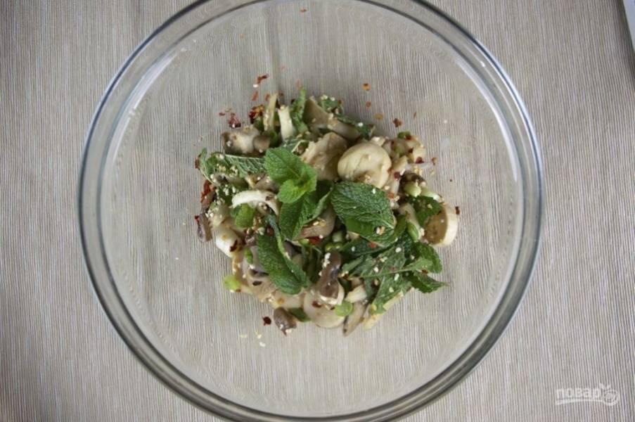 4.Готовый салат получается пикантным и острым (за счет перца чили), с приятным кисловатым привкусом.