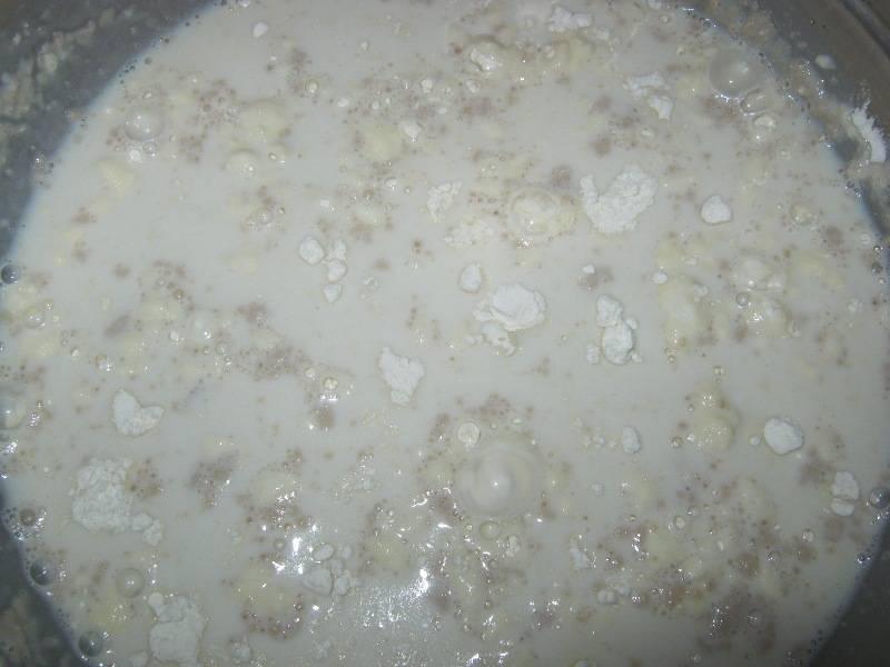 Итак, начнем с теста: нагреваем немного молоко, растворяем в нем дрожжи, добавляем сахар и две столовые ложки муки.