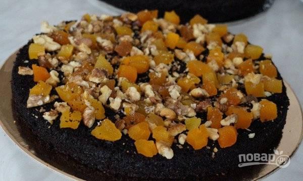 11. Остывший корж разрежьте аккуратно на две половинки. Выложите на корж ровным слоем добавки по вкусу - сухофрукты, орехи, цукаты, сушеные или свежие ягоды.
