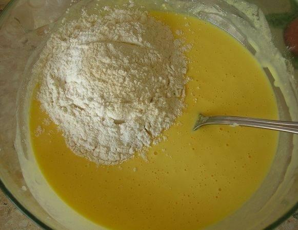 5. Теперь можно постепенно всыпать просеянную муку и замешивать тесто.