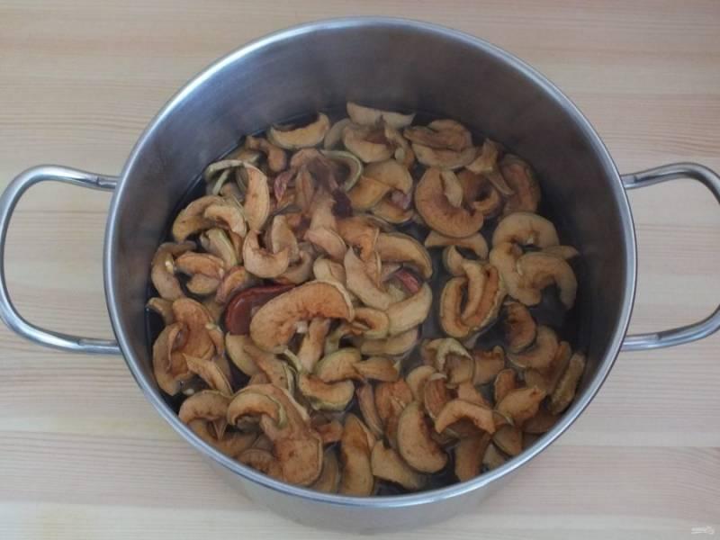 В кастрюлю налейте воду, добавьте яблоки и поставьте на огонь. Проварите после закипания 10 минут и убавьте огонь.