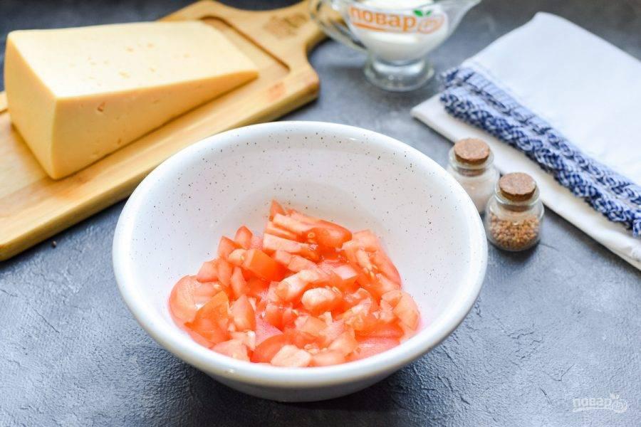 Помидоры ополосните и просушите, нарежьте томаты небольшими кубиками, переложите в миску.