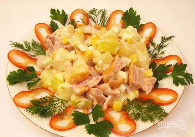 Вымойте зелень и сладкий перец. Овощи нарежьте и вместе с зеленью выложите на блюдо. Сверху горкой положите ваш салат, подавайте к столу.