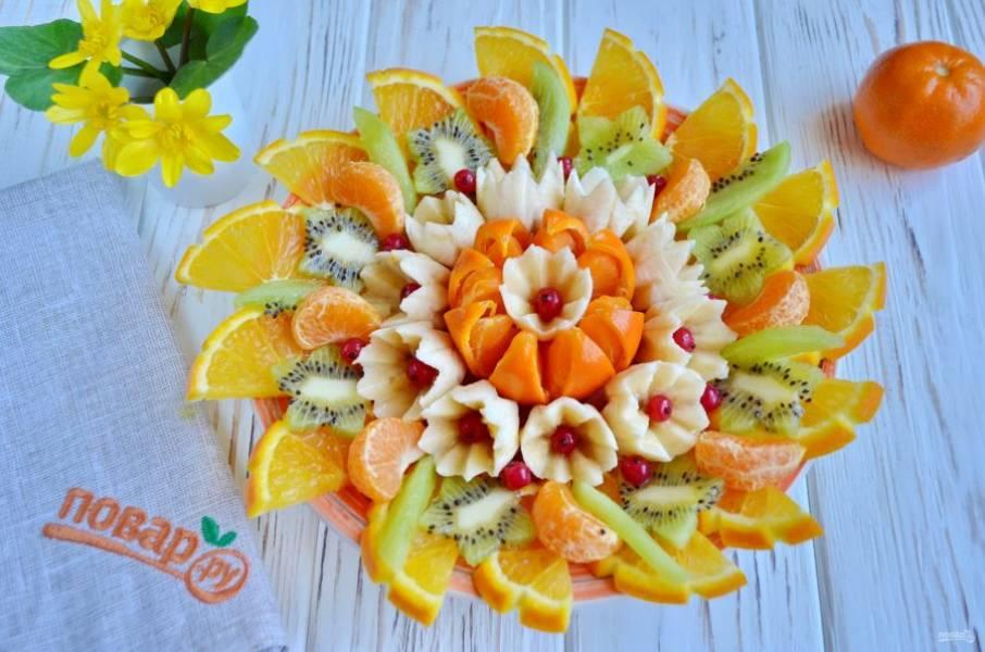 Последний штрих — украшение ягодами, он не обязателен, но с ним фруктовая тарелочка смотрится наряднее.