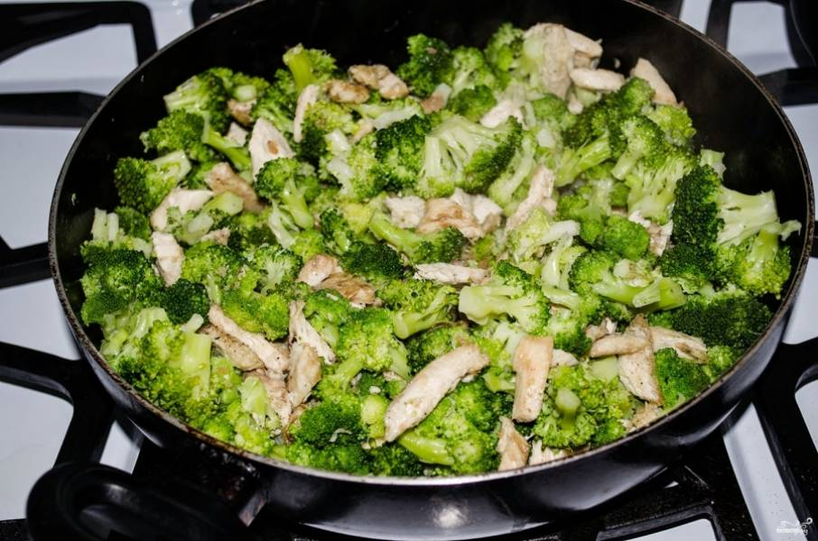 2. А после этого добавим брокколи к курице, перемешаем, добавим специи и жарим, пока курочка не станет румяной, а лишняя жидкость из брокколи не уйдет.