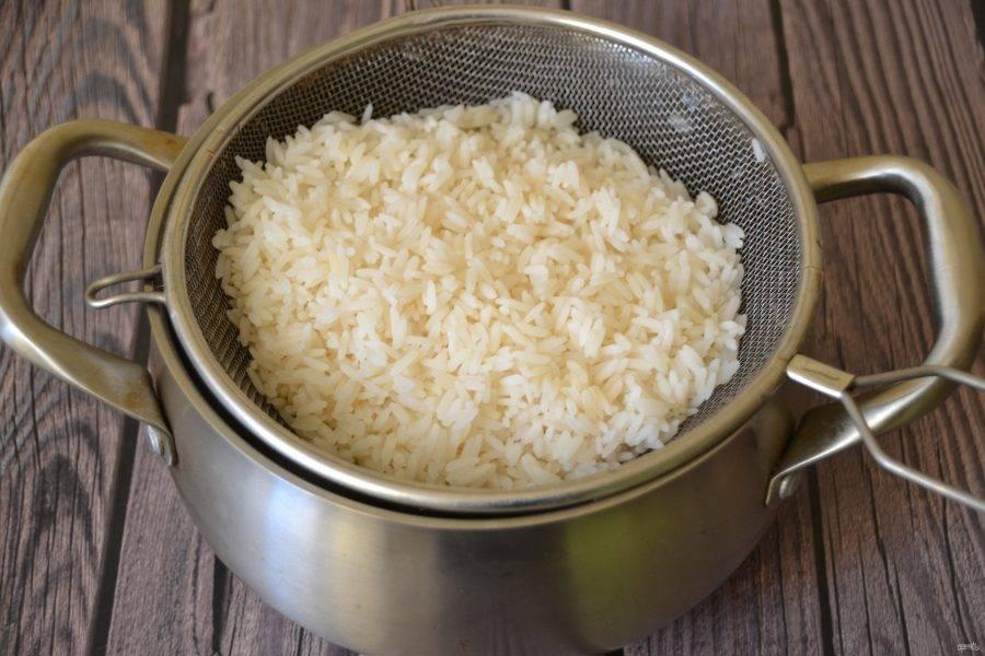 """Отварите рис до состояния """"аль-денте"""", слейте с него воду."""