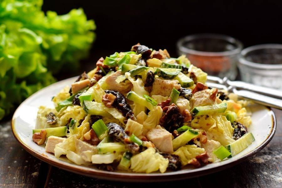 Смесь тщательно перемешайте, чтобы майонез окутал каждый нарезанный элемент. Салат подайте на стол сразу после приготовления, дополните свежей зеленью.