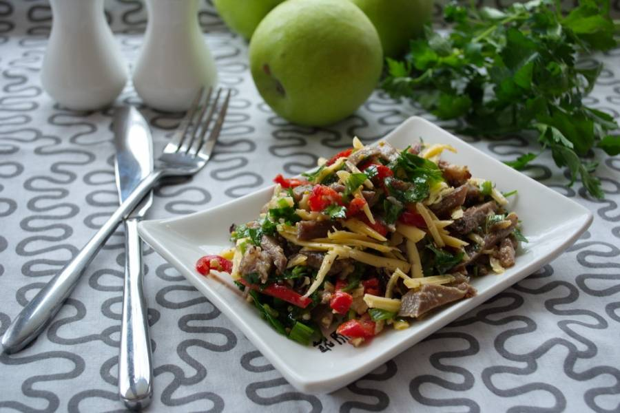 Подаем к столу. Салат вкусный и ароматный.