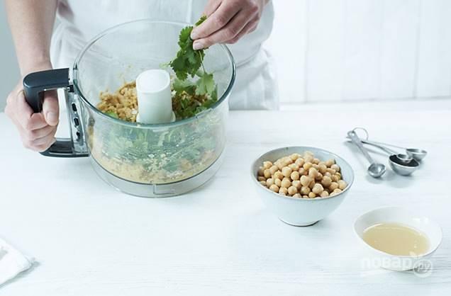1. С помощью комбайна измельчите 400 грамм нута, добавьте 1 столовую ложку воды, 2 мелко нарезанных лука, чеснок, тмин, кориандр, соль и перец, разрыхлитель и муку. После добавьте еще 400 грамм нута. Все очень тщательно измельчите в однородную массу, если вам кажется, что она недостаточно кремообразная, добавьте еще немного воды.
