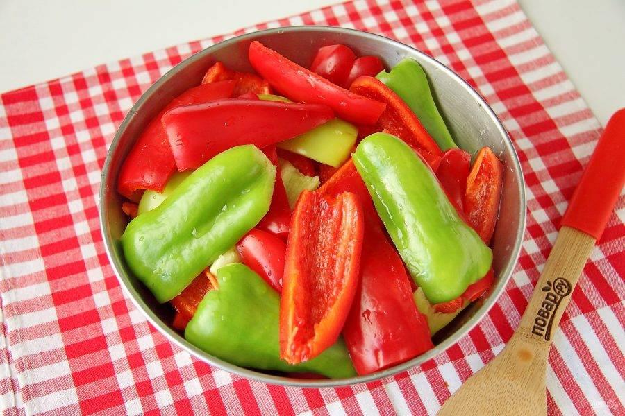 Перец промойте, удалите семена и нарежьте на 3-4 части.