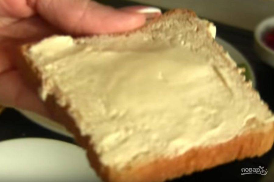 1. Батон или хлеб для тостов намажьте тонким слоем сливочного масла.