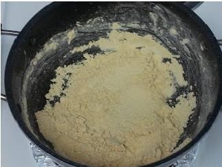 К концу это времени нужно приготовить соус. Обычно его для жаркого отдельно не готовят, но если сделать соус, а затем тушить в нем мясо и овощи, получится вкуснее. Чтобы соус в нашем жарком получился правильной густоты понадобится мука. Муку нужно предварительно обжарить до светло-золотистого цвета на сухой сковороде, получится так называемая сухая мучная пассеровка. Весь процесс жарки займет примерно минут 5-7. Как только появится легкий ореховый аромат и мука станет светло-кремового цвета, сразу выключайте огонь и продолжайте перемешивать, чтобы мука не подгорела. Ее цвет станет чуть темнее.  Пока мука не остыла наливаем на сковороду, не переставая перемешивать, тоненькой струйкой стакан горячего бульона, который нужно слить из кастрюли с овощами и мясом. Важно!  Ни в коем случае не используйте холодную воду, ничего не выйдет - сразу образуется масса комочков, с которыми потом не справиться, и вкус соуса будет безнадежно испорчен.
