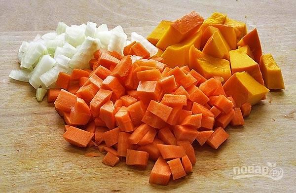 Лук и морковь очистите и нарежьте некрупными кусочками. Точно так же поступите с мякотью тыквы.