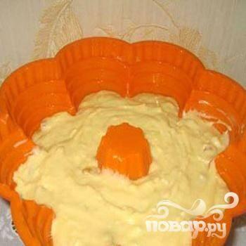 4.Растительным маслом смазываем форму. Перекладываем тесто в форму. Выбираем такую форму, в которой после перекладывания теста еще остается сверху место, тесто в духовке при выпекании поднимется.
