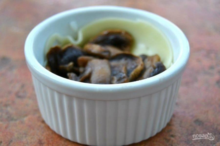 6.Положите 1/3 приготовленных грибов поверх твердого сыра.