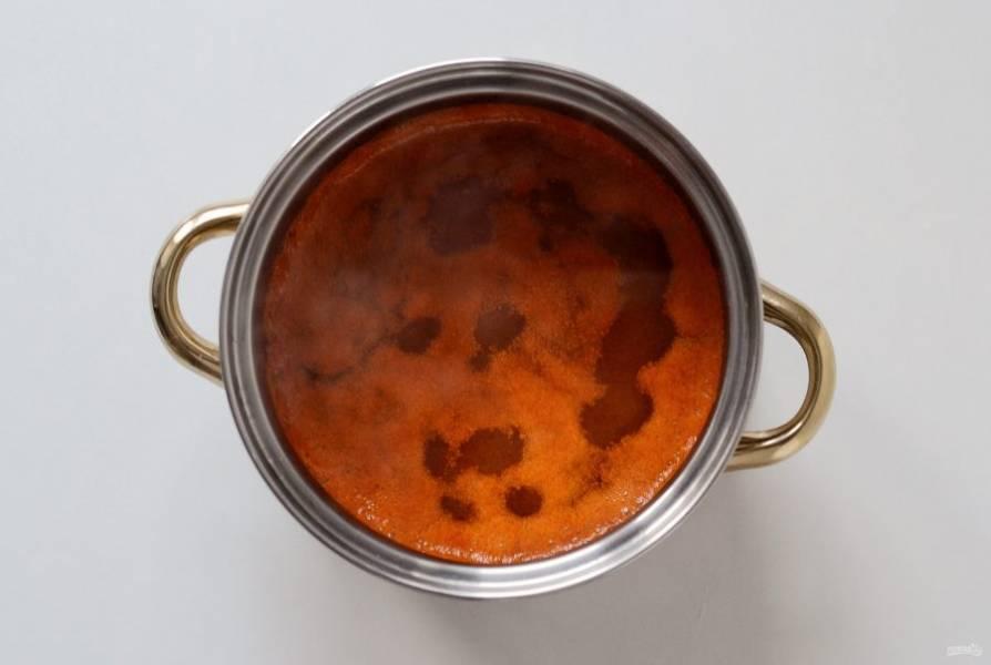 Снимете с кипящего сиропа пенку 2-3 раза. Проварите ещё 3 минуты.