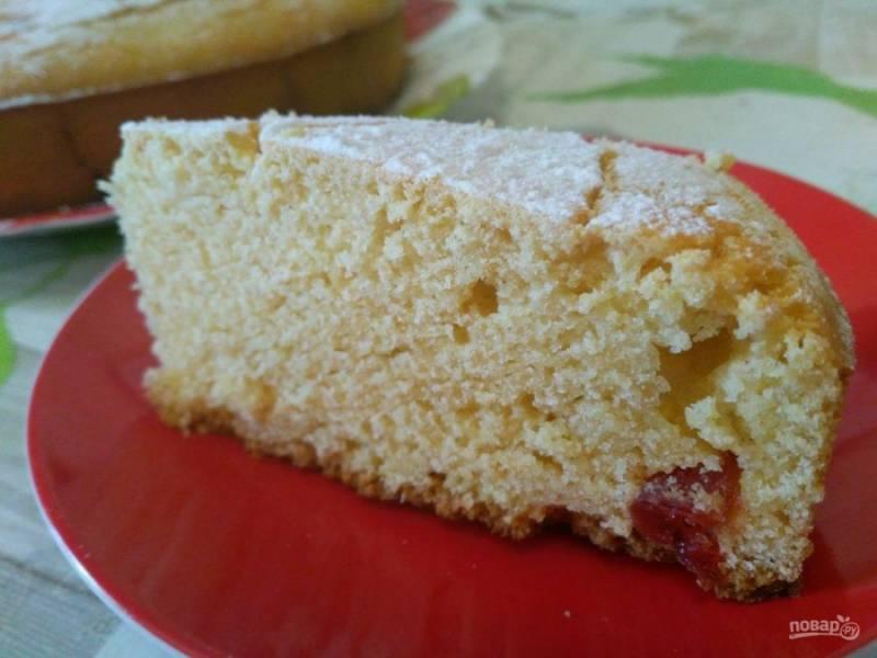Готовый пирог имеет на поверхности трещинки, что говорит о его рассыпчатости, которая особенно заметна при разрезании пирога.