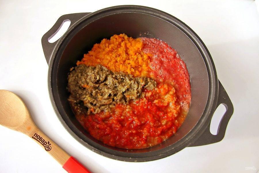 У перцев снимите шкурку и удалите семенную коробку. Баклажаны так же очистите от шкурки. Все подготовленные овощи кроме чеснока, прокрутите через мясорубку: перец, баклажаны, помидоры, лук и морковь. Тушите овощи под крышкой на небольшом огне 30 минут.