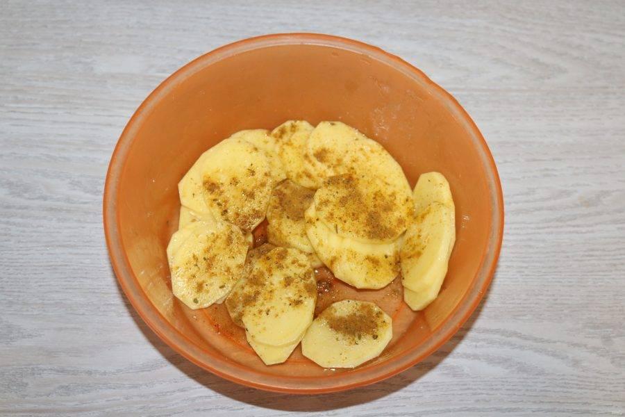 Картофель посолите, посыпьте специями для картофеля, сбрызните подсолнечным маслом и перемешайте.