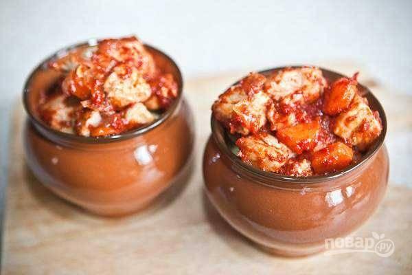 8. Достаньте горшочки из духовки, сверху картофеля выложите мясо с овощами.